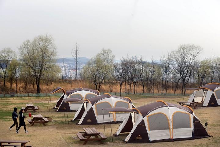 무더위 탈출 위한 도심 속 캠핑 나들이
