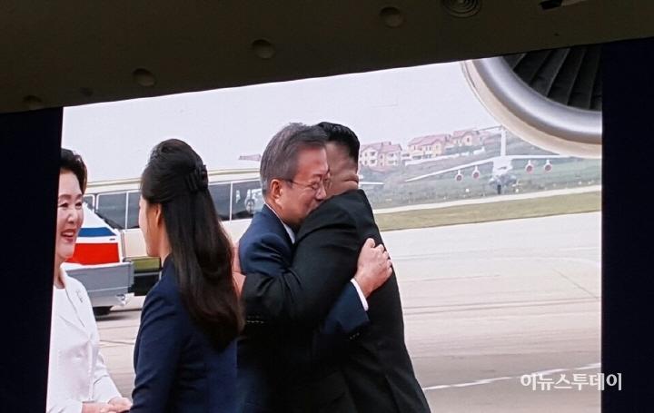 문 대통령, 김정은과 평양서 '역사적 조우'...'한반도 평화' 맞손