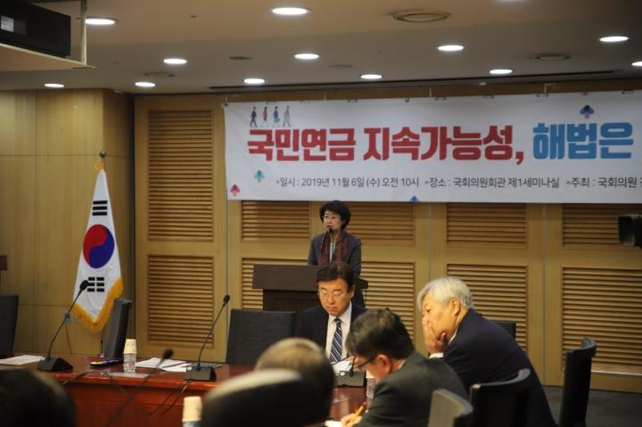 6일 김승희 자유한국당 국회의원과 소비자권익보호 단체 컨슈머워치가 '국민연금 지속가능성, 해법은 없는가'라는 주제의 토론회를 개최한 가운데 김 의원이 개회사를 하고 있다.